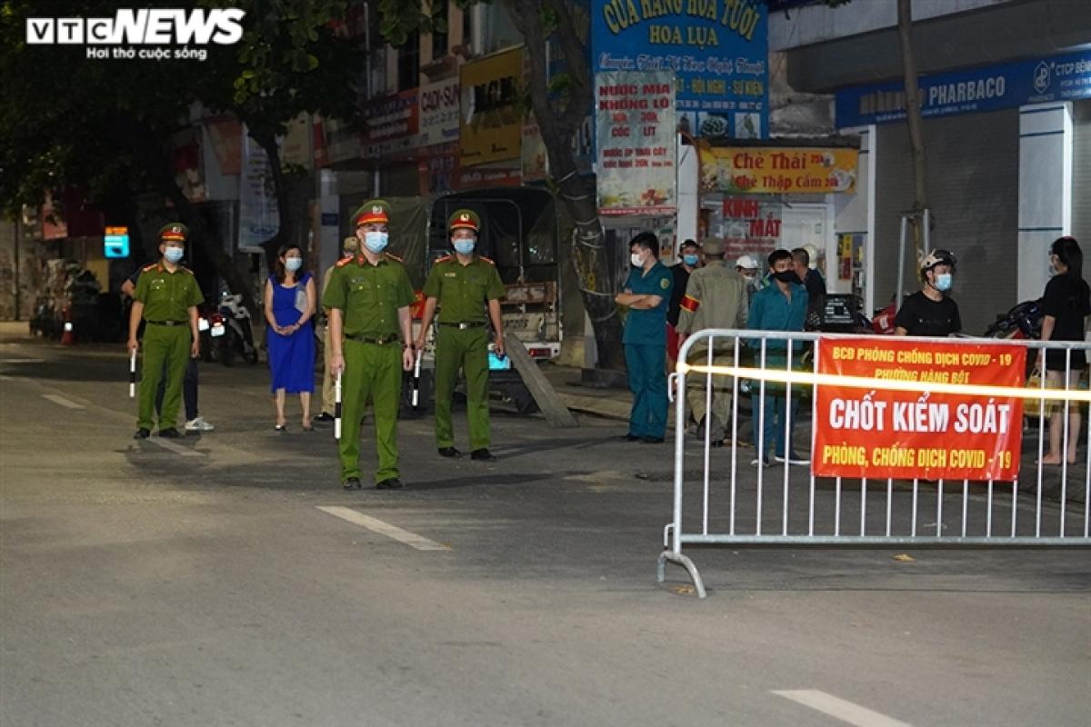 23h, tại chốt kiểm soát trên đường Tôn Đức Thắng (Phường Hàng Bột) lực lượng chức năng vẫn căng mình kiểm tra và xử lý các trường hợp qua chốt mà không có giấy tờ và ra đường không lí do.