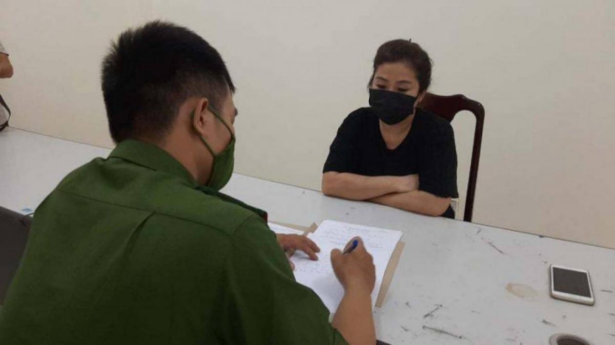 Cảnh sát làm việc với Đặng Kim Hòa người đã livestream vụ việc và có hành vi gây rối, tấn công cán bộ công an
