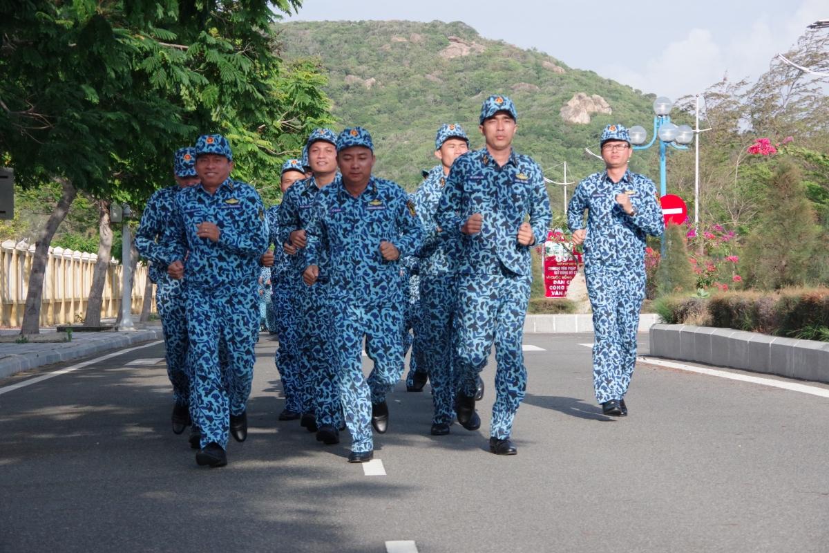 Huấn luyện chạy dài nâng cao thể lực. Ảnh Trung đoàn 196 cung cấp.
