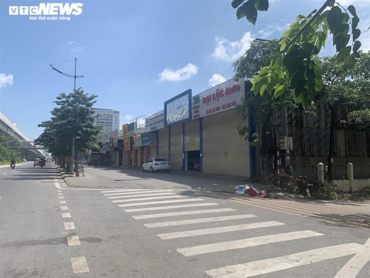 Quang cảnh buồn bã trước những showroom ô tô nằm trên đường Phạm Văn Đồng.
