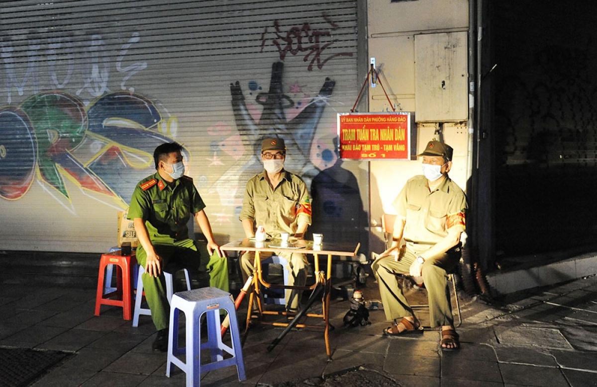 Thiếu tá Phạm Hồng Việt, tổ trật tự phường Hàng Đào (quận Hoàn Kiếm) cùng các thành viên trong tổ trực thâu đêm để giữ gìn trật tự.