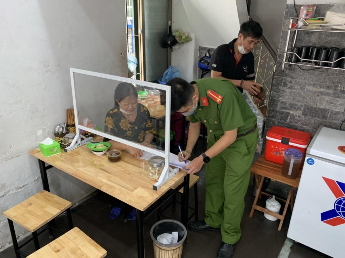 Lực lượng chức năng quận Ba Đình yêu cầu chủ các cơ sở viết cam kết tuân thủ các điều kiện phòng chống dịch.