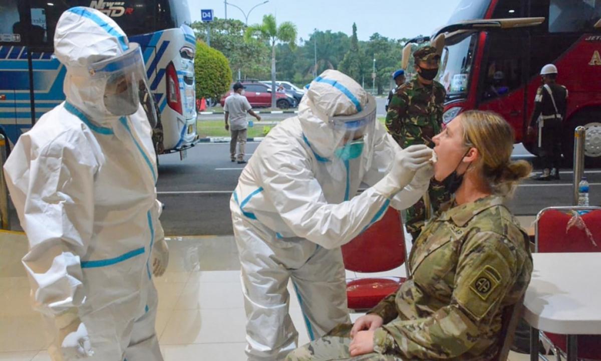 Nhân viên y tế của quân đội Indonesia lấy mẫu xét nghiệm một binh sĩ Mỹ tại thành phố Palembang ngày 24/7. Ảnh: AFP.