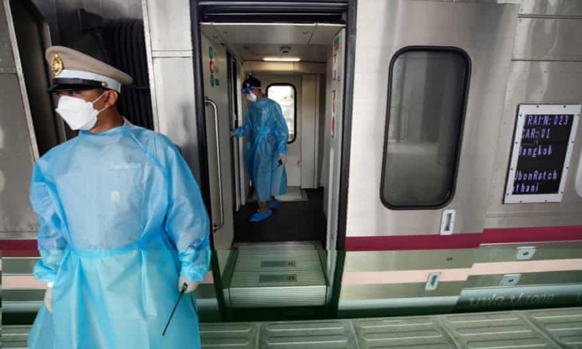 Cảnh sát tuần tra trên đoàn tàu chở bệnh nhân Covid-19 ở Bangkok, Thái Lan. Ảnh: EPA
