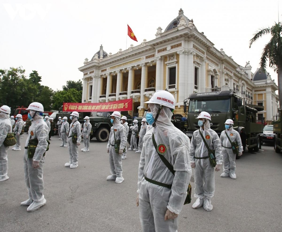 Các lực lượng tập trung tại Nhà hát lớn (Hà Nội), sau đó tản đi các tuyến đường để phun khử khuẩn.