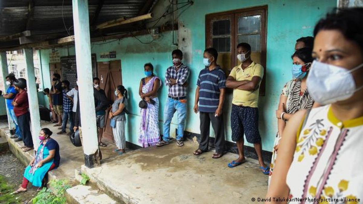 Nhiều người dân Ấn Độ thất vọng vì sự chậm trễ trong việc triển khai tiêm phòng vaccine tại nứo này. Ảnh: DW