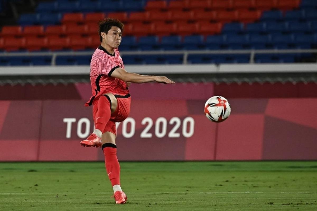 Đầu hiệp 2, Lee Dong Gyeong tung cú vuốt bóng ngoạn mục rút ngắn tỷ số xuống còn 2-3. (Ảnh: Getty)