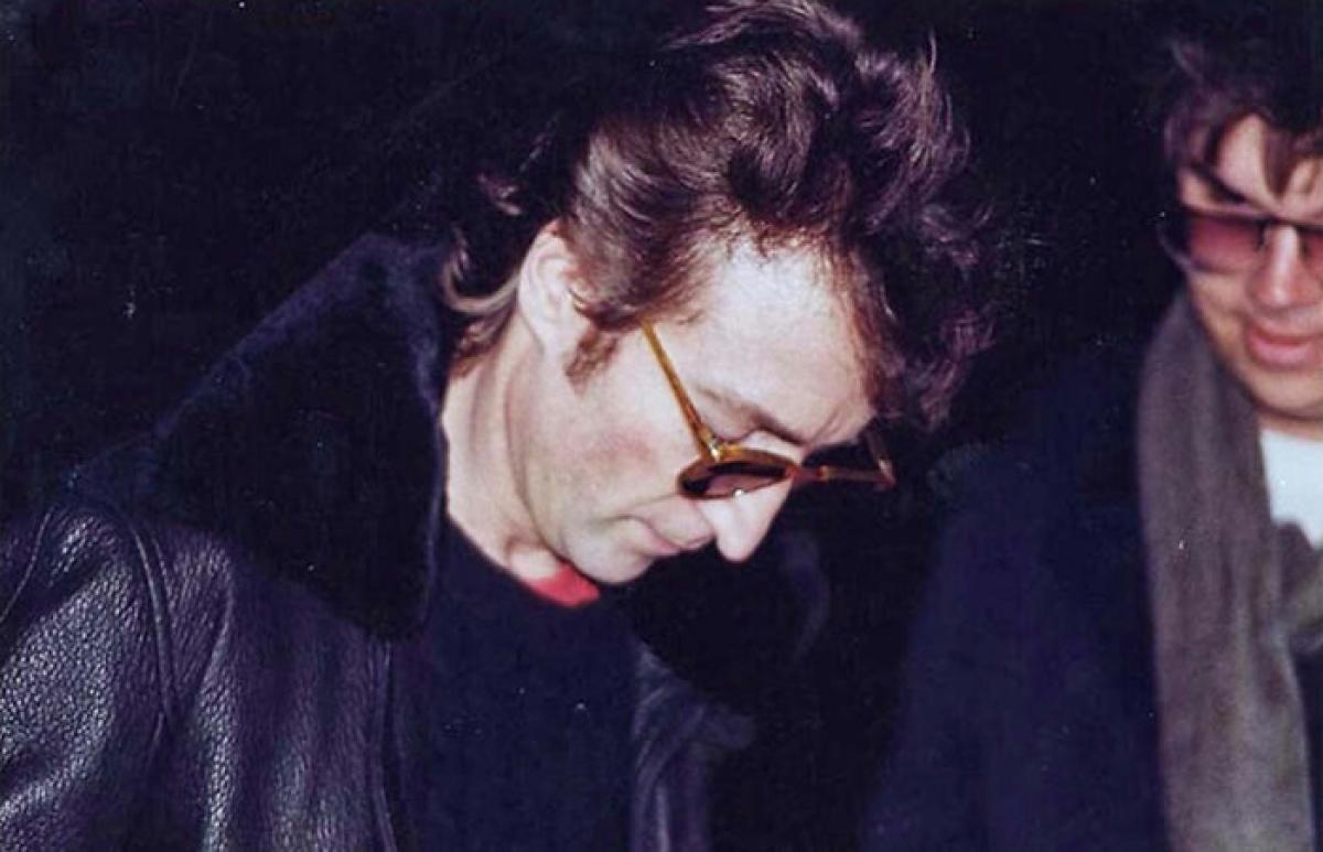 Khoảnh khắc danh ca John Lennon ký tặng cho Mark David Chapman – kẻ đã sát hại ông ngay sau đó.