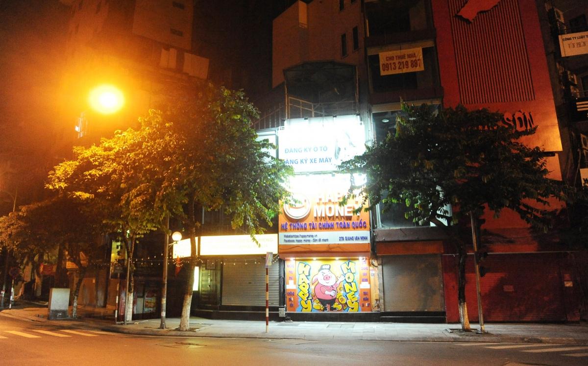 Các cửa hàng trên phố Kim Mã đã dừng hoạt động, nghiêm túc thực hiện Chỉ thị 17/CT-UBND của Chủ tịch UBND thành phố.