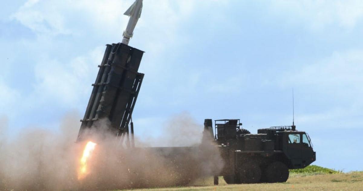 Các thành viên Lực lượng Phòng vệ Mặt đất Nhật Bản phóng tên lửa đất đối hạm trong cuộc tập trận ở Hawaii, ngày 12/7/2018. Ảnh: Lục quân Mỹ