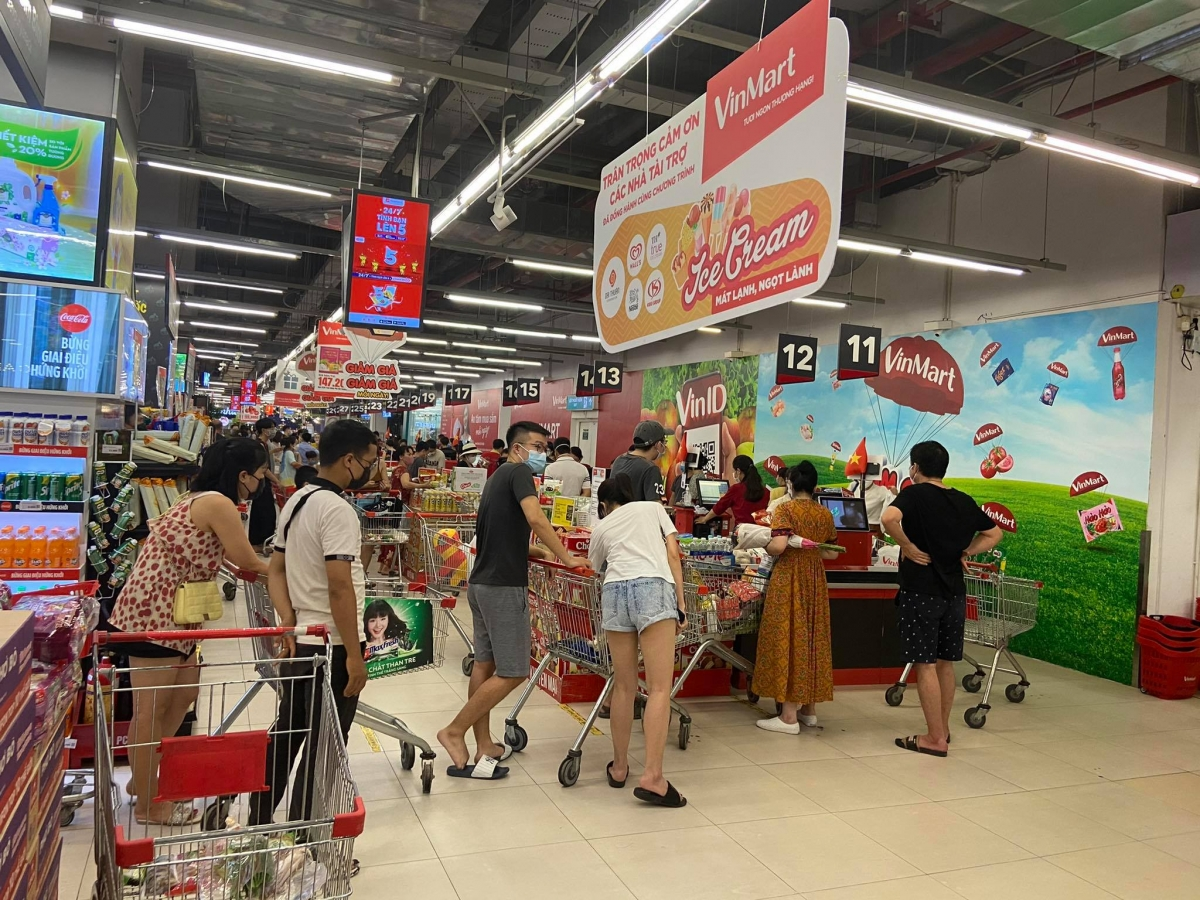 Mặc dù các nhân viên siêu thị cho biết, hàng hóa sẽ được cung ứng liên tục, người dân không nên mua tích trữ quá nhiều nhưng nhiều người vẫn nhặt đầy xe hàng.