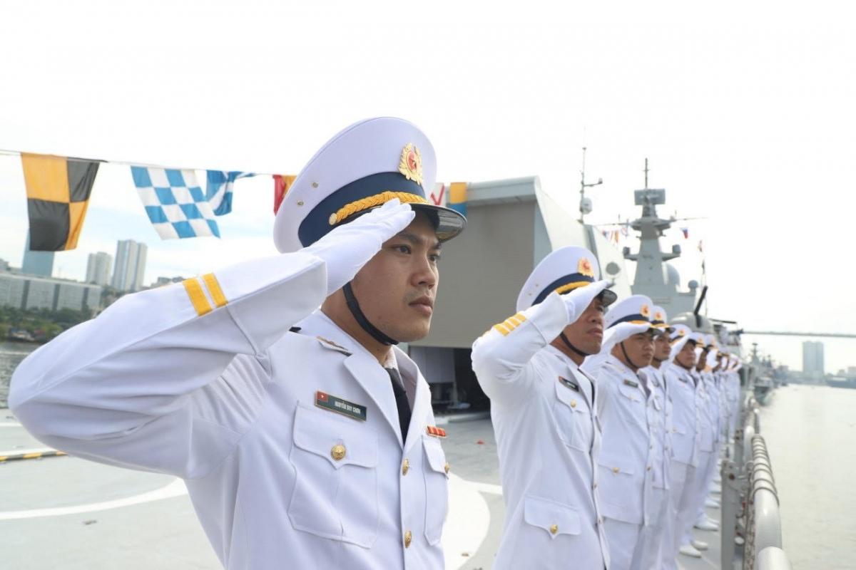 """Ngoài tham gia Lễ duyệt binh của Hải quân LB Nga, Biên đội Tàu 015, 016 còn tham gia thi đấu môn """"Cúp biển"""" trong khuôn khổ Hội thao quân sự quốc tế Army Games 2021 từ ngày 22/08 đến ngày 04/09/2021 diễn ra tại thành phố Vladivostok. Thành viên đoàn công tác và cán bộ Biên đội tàu 015, 016 chào tàu chỉ huy theo Điều lệnh tàu HQNDVN. (Ảnh: Lữ đoàn 162 cung cấp)./."""
