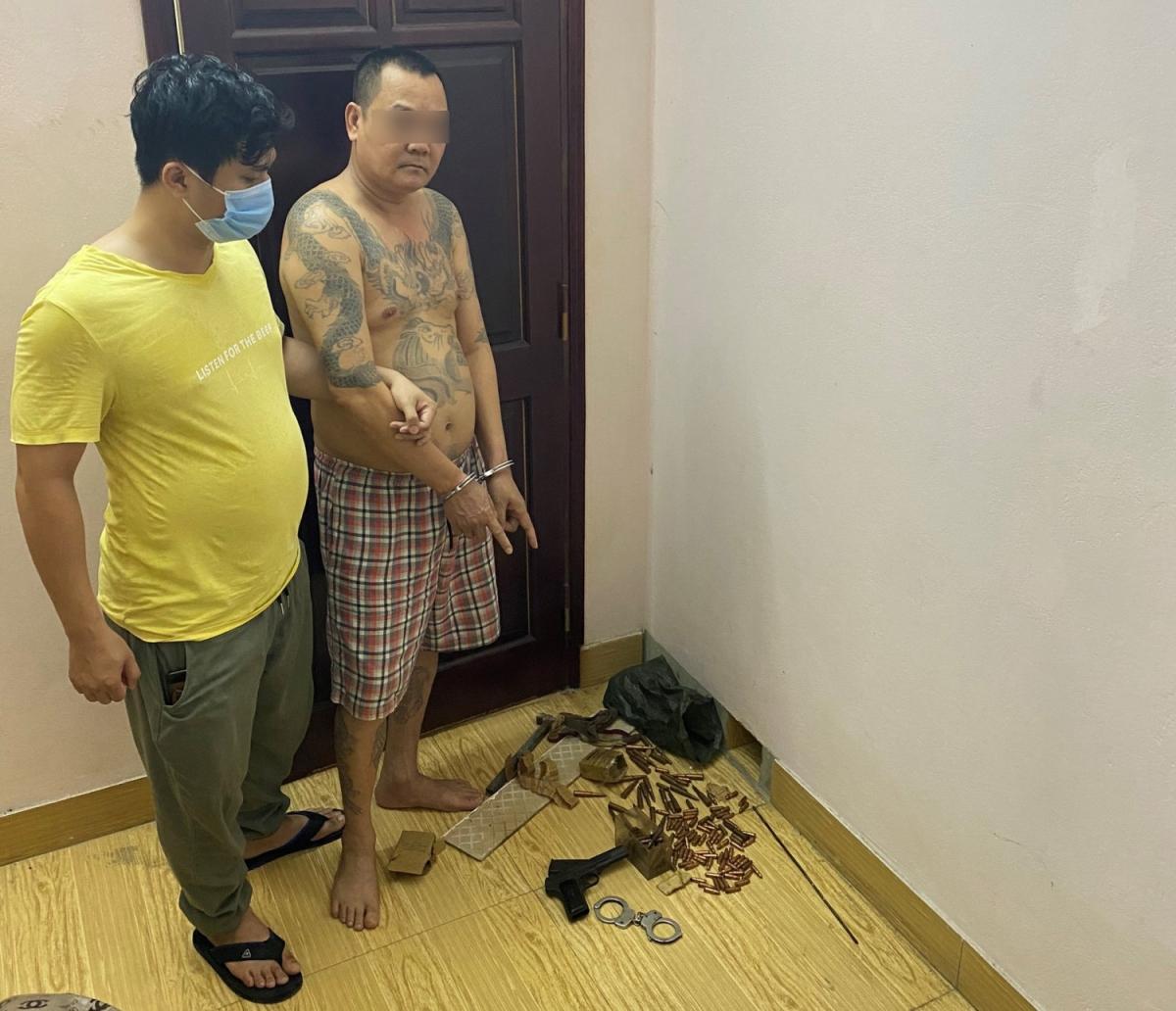 Cao Tiến Dũng và tang vật. Ảnh: Công an tỉnh Quảng Ninh
