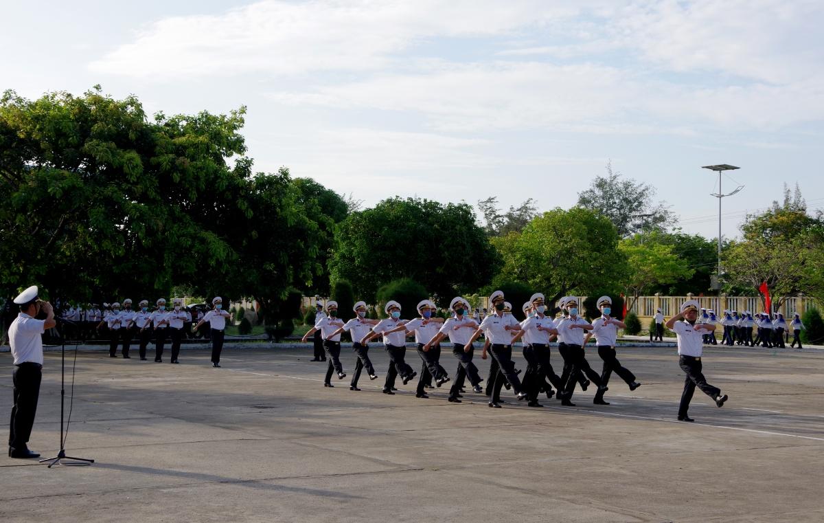 Huấn luyện điều lệnh đội ngũ. Ảnh Trung đoàn 196 cung cấp.