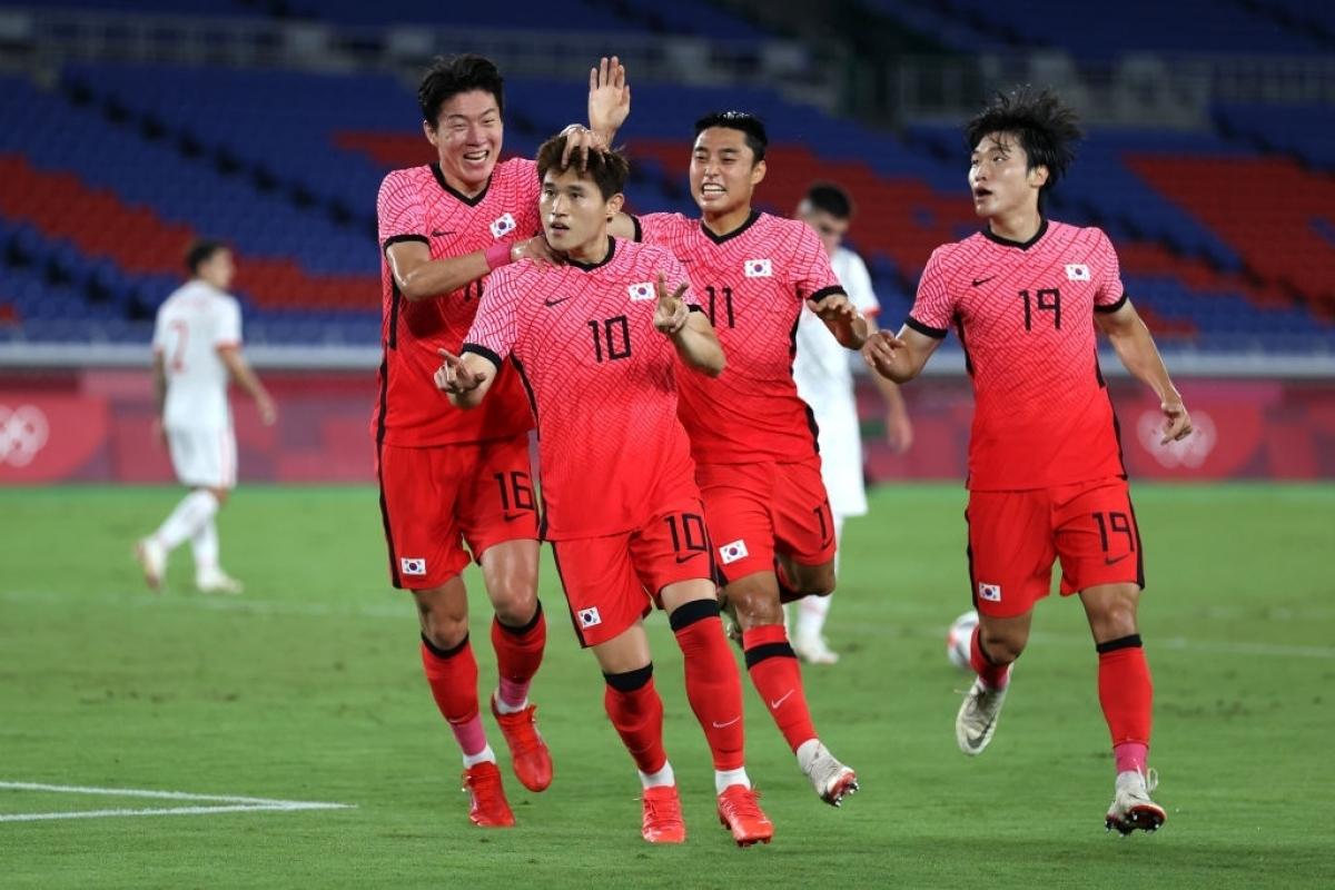 Lee Dong Gyeong nhanh chóng gỡ hoà 1-1 cho Hàn Quốc với siêu phẩm ở phút 20. (Ảnh: Getty)