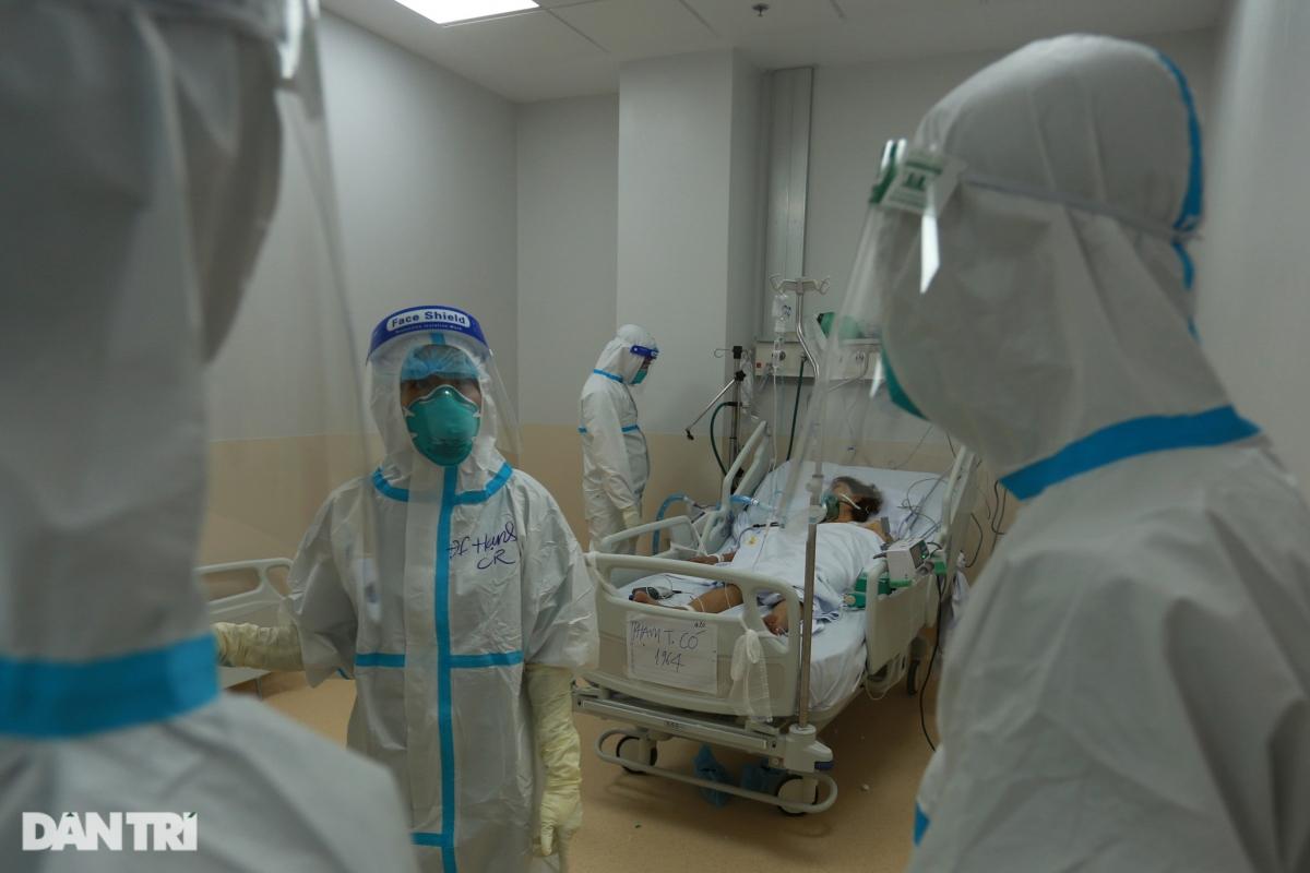 Bác sĩ Trần Thanh Linh cho biết, Bệnh viện đang điều trị 260 bệnh nhân Covid-19 nặng và nguy kịch, trong đó hiện còn hơn 40 trường hợp nguy kịch, nhiều trường hợp phải chạy ECMO (tim phổi nhân tạo). Một nhân viên y tế sẽ phải phụ trách 3 tới 4 bệnh nhân mỗi đêm, làm việc liên tục không nghỉ trong bộ đồ bảo hộ kín mít.