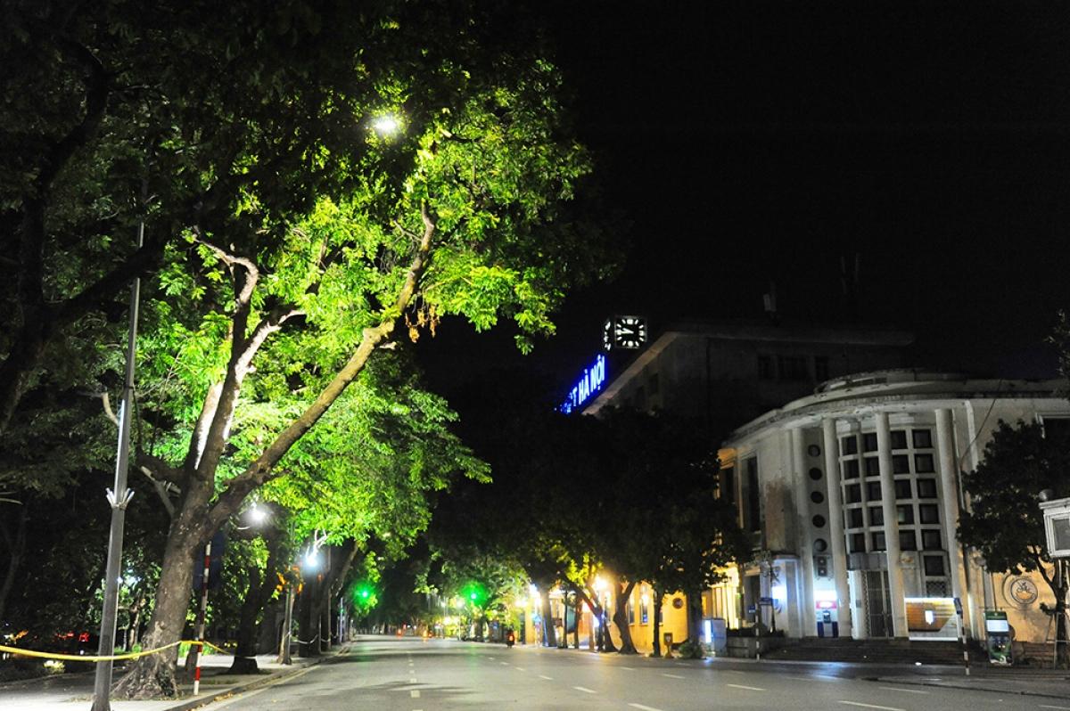 Người dân Thủ đô nghiêm túc thực hiện Chỉ thị 17/CT-UBND của Chủ tịch UBND thành phố; khu vực đường Đinh Tiên Hoàng vắng vẻ.