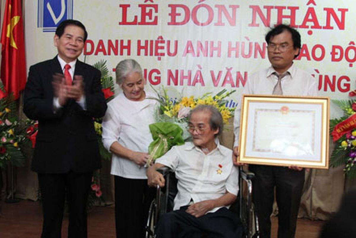Chủ tịch nước Nguyễn Minh Triết đã trao tặng danh hiệu Anh hùng Lao động thời kỳ đổi mới cho nhà văn Sơn Tùng ngồi trên xe lăn. (Ảnh: Nguyễn Đình Toán)