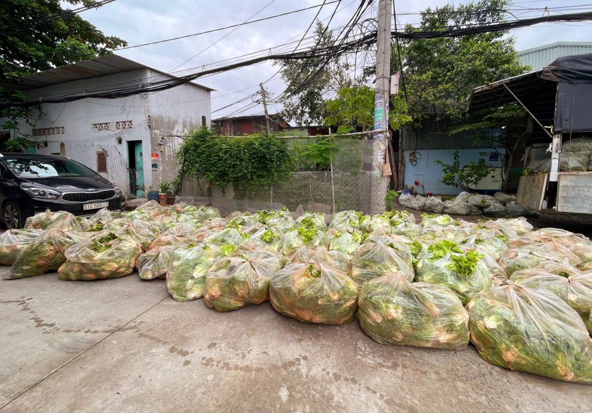 Sau đó, tiếp tục trực tiếp trao tặng nguồn thực phẩm này cho các bệnh viện điều trị và bệnh viện dã chiến, các bếp thiện nguyện, các bếp của trung tâm dưỡng lão, cơ sở tình thương…
