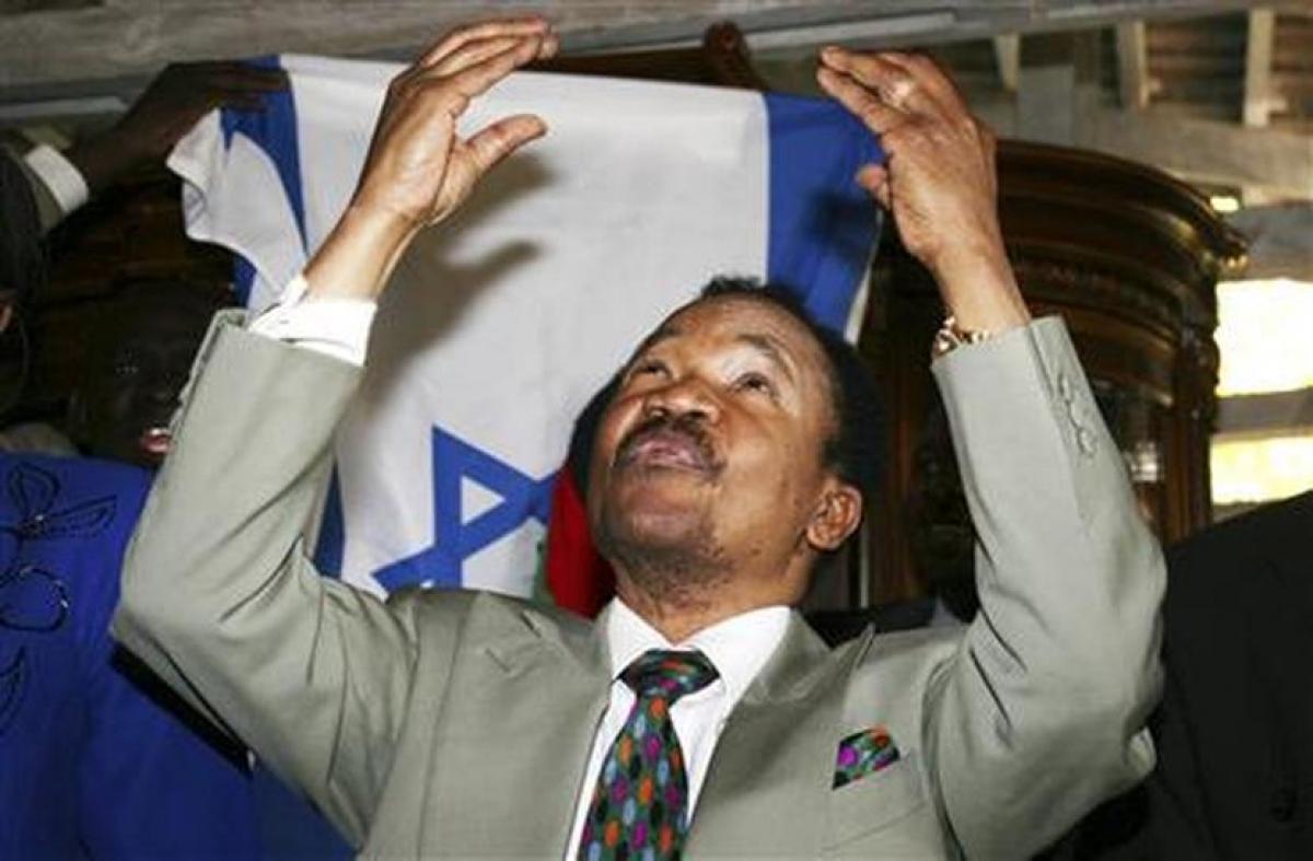 Cử chỉ của cố Tổng thống Zambia Frederick Chiluba tại tư dinh của mình sau vụ án tham nhũng chống lại ông ở thủ đô Lusaka, ngày 17 tháng 8 năm 2009. Ảnh: Reuters