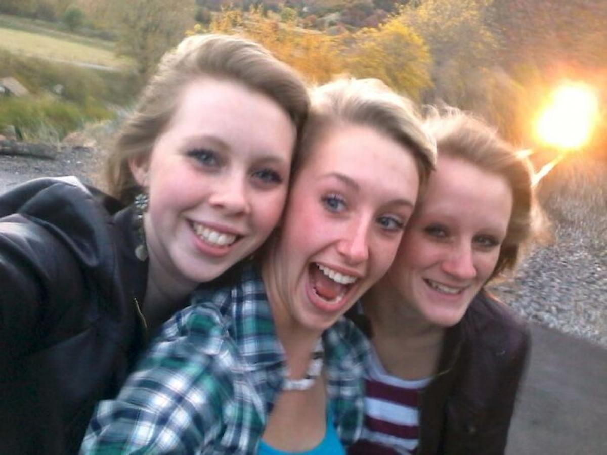 Mải mê chụp ảnh selfie trên đường tàu, 3 cô gái này không hề biết rằng có một chiếc tàu hỏa đang tiến về phía họ.