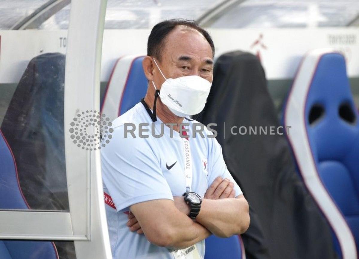 Vẻ đăm chiêu của HLV trưởng Olympic Hàn Quốc - Kim Hagbum. (Ảnh: Reuters).