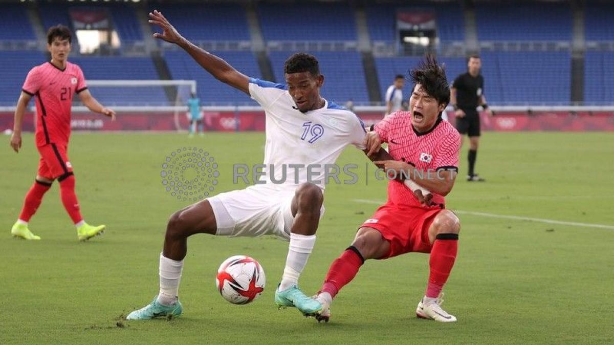 Honduras nhận 3 bàn thua ngay trong hiệp một và còn phải chơi thiếu người. (Ảnh: Reuters).