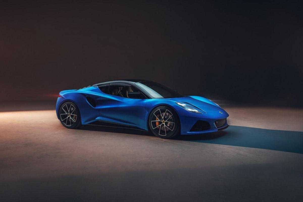 Đuôi xe có được bộ logo Lotus cỡ lớn đặt giữa hai đèn hậu LED thiết kế bắt mắt. Bên dưới là hai khe thoát gió và bộ ống xả kép.