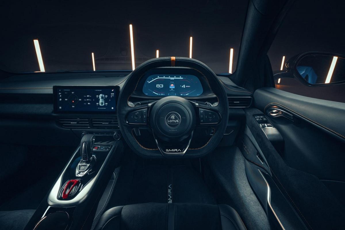 Bên trong, khoang lái của Emira có thiết kế tối giản và thể thao. Cần số trên bản số sàn được cho là sẽ giống với cần số của Esprit trước đây và cần số bản V6 sẽ được để lộ phần cơ cấu lựa số bên dưới.