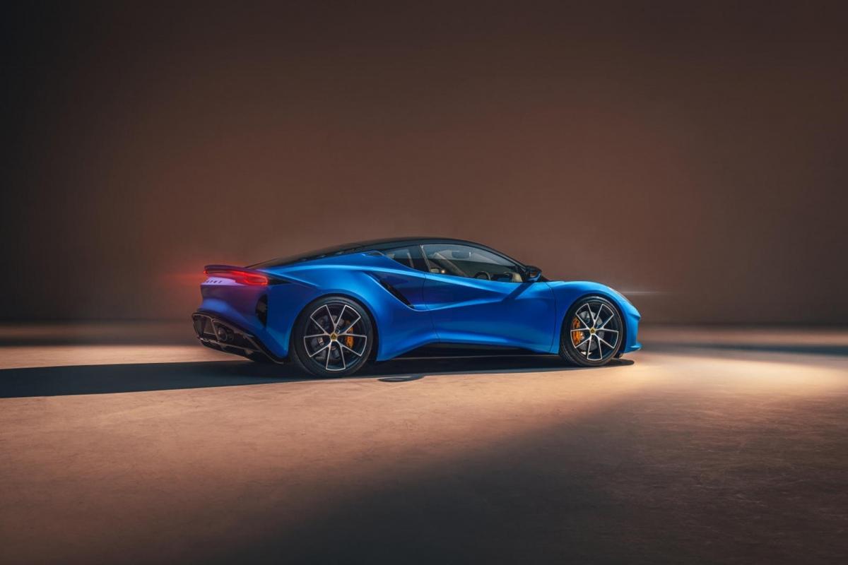 Ở mẫu xe mới, Lotus mang đến cho khách hàng hai tùy chọn động cơ gồm động cơ I4 tăng áp, dung tích 2.0 lít do AMG cung cấp và động cơ V6 3.5 lít siêu nạp của Toyota như các đời xe trước.