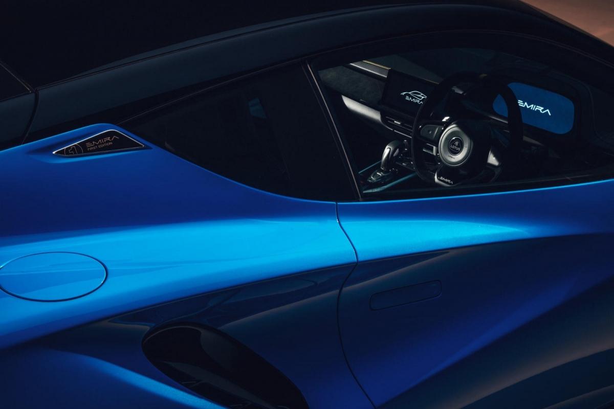 Lotus cho biết Emira có thể tăng tốc lên 100 km/h từ vị trí đứng yên trong 4,5 giây và tốc độ tối đa 298 km/h.
