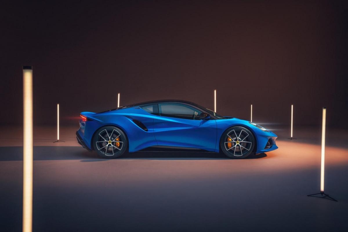 Emira sử dụng nền tảng khung xe bằng nhôm uốn (Lotus Sports Car Architecture) hoàn toàn mới của hãng.