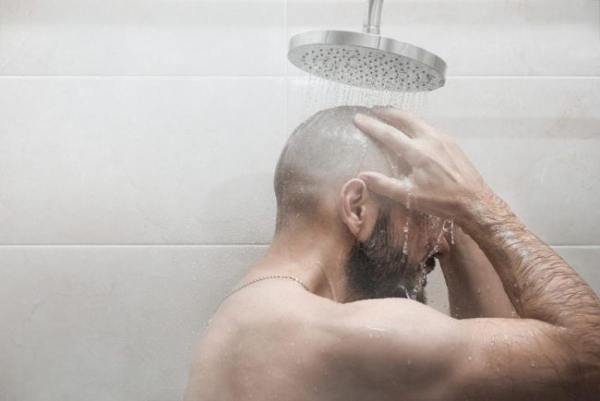 Giữ vệ sinh: Nam giới nên vệ sinh cơ quan sinh dục bằng nước ấm ít nhất một lần mỗi ngày, đặc biệt là những người chưa cắt bao quy đầu. Nam giới có thể sử dụng dung dịch vệ sinh dịu nhẹ để làm sạch vùng kín, nhưng cần tránh các loại xà phòng có mùi hương vì chúng có thể gây kích ứng da./.
