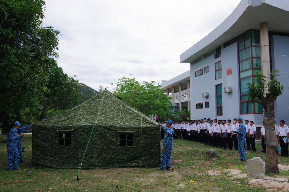 Huấn luyện thực hành dựng nhà bạt dã chiến. Ảnh Trung đoàn 196 cung cấp.