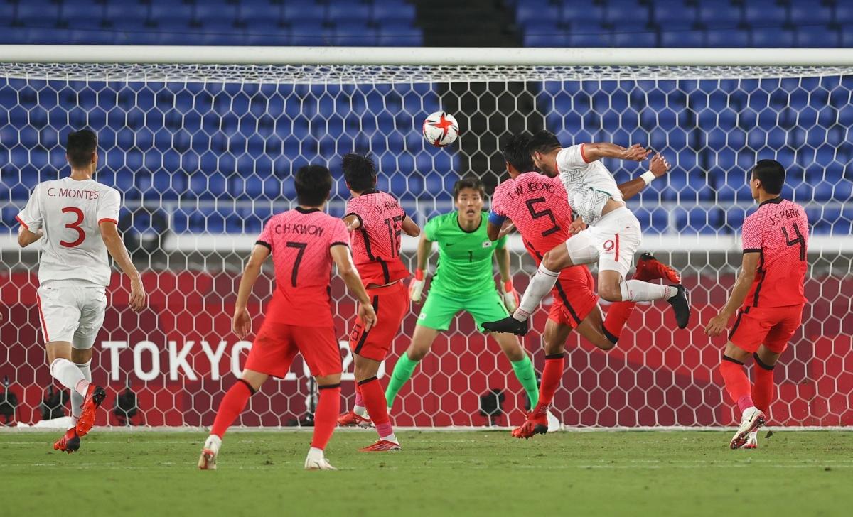 Tuy nhiên, hy vọng của Hàn Quốc nhanh chóng bị dập tắt với pha đánh đầu thành bàn của Henry Martin ở phút 54.(Ảnh: Reuters)