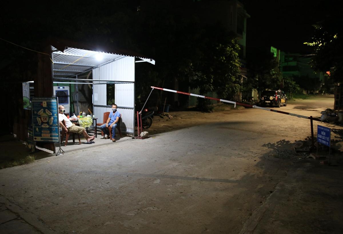 Thành viên tổ Covid-19 cộng đồng luôn túc trực tại khu vực chốt kiểm soát dịch bệnh tại xã Việt Hùng (huyện Đông Anh).
