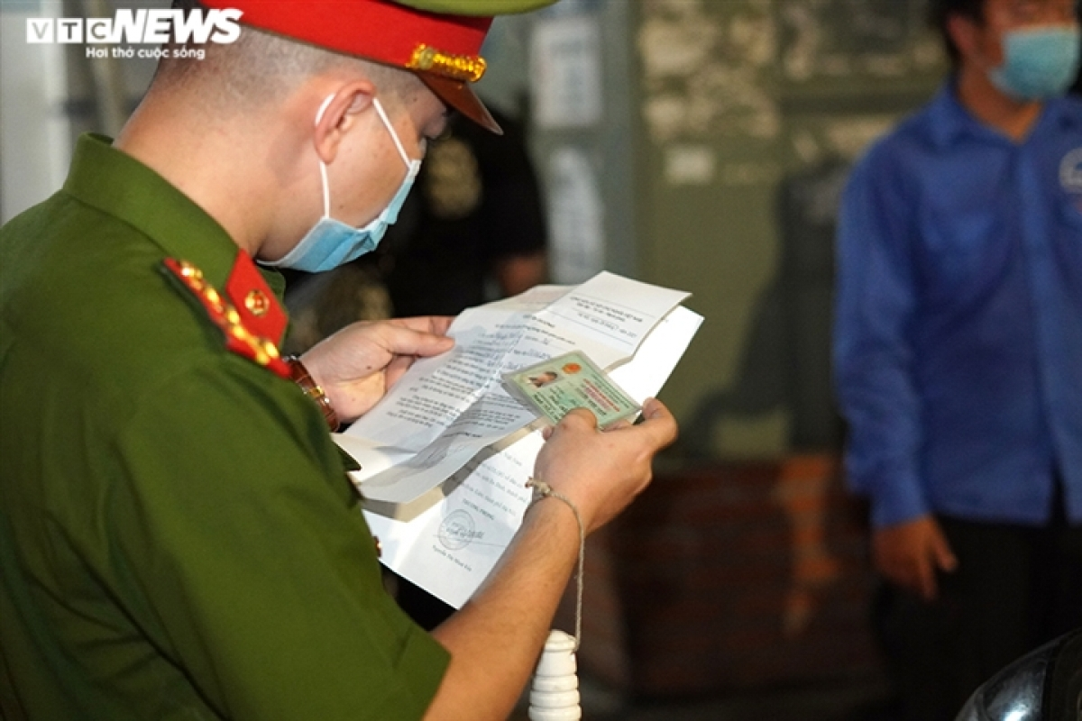 Lực lượng chức năng cũng phát hiện nhiều trường hợp giấy thông hành vẫn chưa đổi lại theo mẫu của UBND Thành phố, nên đã nhắc nhở các chủ phương tiện không dùng các giấy không có hiệu lực này nữa.
