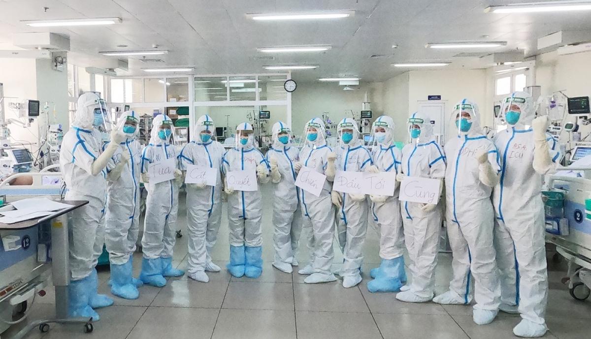 """""""Quyết tâm chiến đấu tới cùng"""" thể hiện ý chí của các y, bác sĩ Bệnh viện Chợ Rẫy (Thành phố Hồ Chí Minh) khi tham gia điều trị bệnh nhân COVID-19 nặng. Ảnh: VGP"""