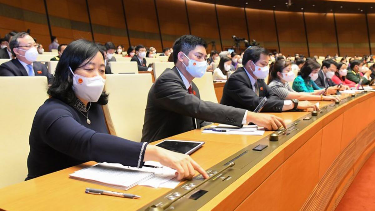 Đại biểu Quốc hội khóa XV ấn nút biểu quyết tại Kỳ họp thứ nhất