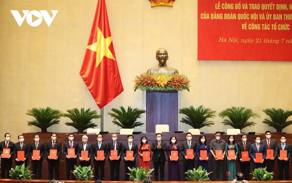 Chủ tịch Quốc hội Vương Đình Huệ trao Nghị quyết, Quyết định củaĐảng đoàn Quốc hội và Ủy ban Thường vụ Quốc hội về công tác tổ chức.