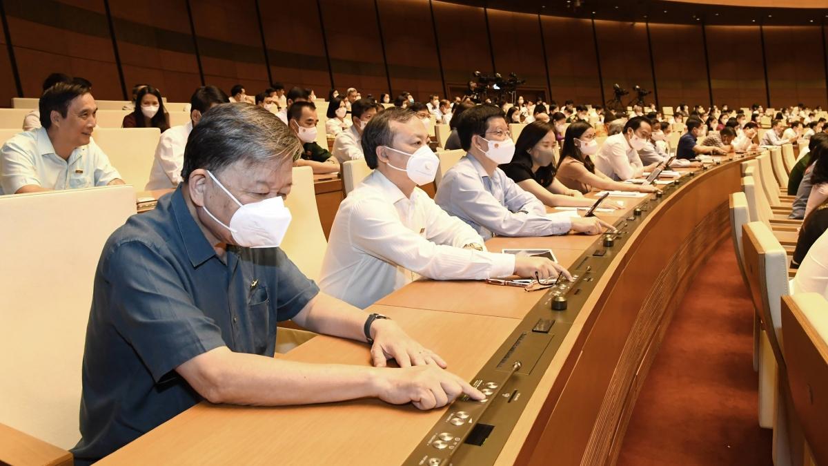 Đại biểu Quốc hội khóa XV ấn nút biểu quyết trên hội trường tại Kỳ họp thứ nhất