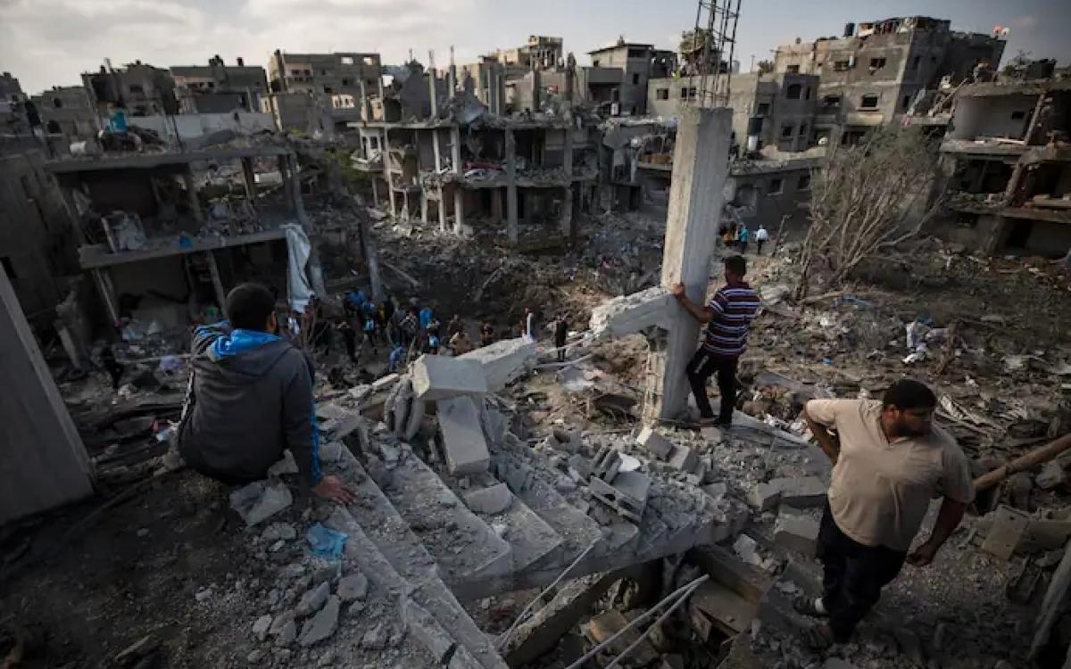 Một khu vực đổ nát ở Gaza sau một cuộc không kích của Israel. Ảnh: AP.
