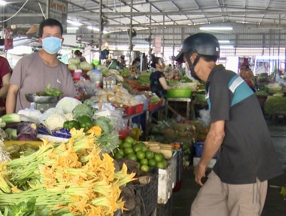 Người dân Hậu Giang đi chợ theo 2 khung giờ quy định.