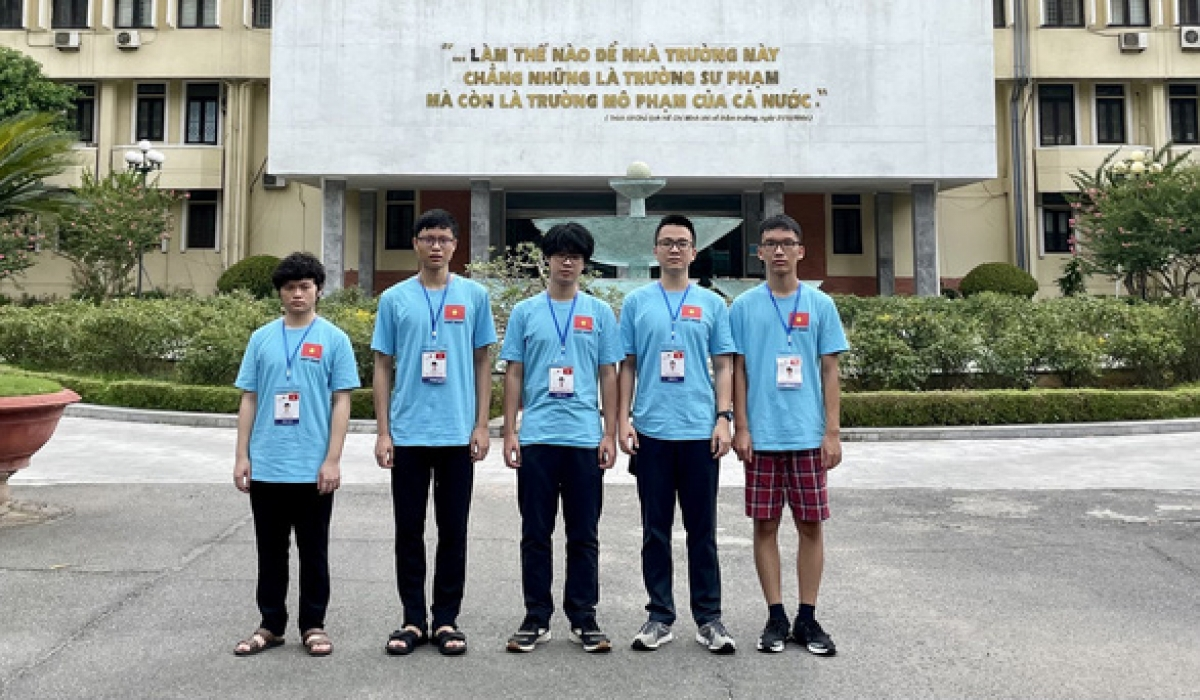 Five Vietnamese students pose for a group photo before sitting IPhO exams. (Photo: MoET)