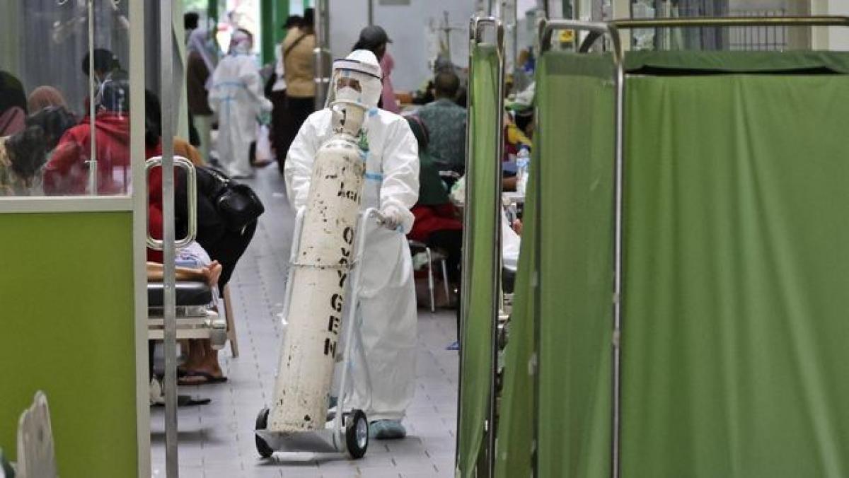 Bệnh viện ở Surabaya đã phải lựa chọn bệnh nhân để cung cấp oxy. Ảnh : AP.