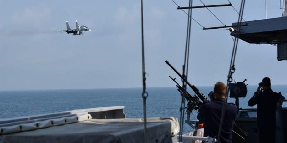 Chiến đấu cơ Nga bay qua tàu khu trục HNLMS Eversten của Hà Lan trên Biển Đen ngày 24/6/2021. Ảnh: Bộ Quốc phòng Hà Lan