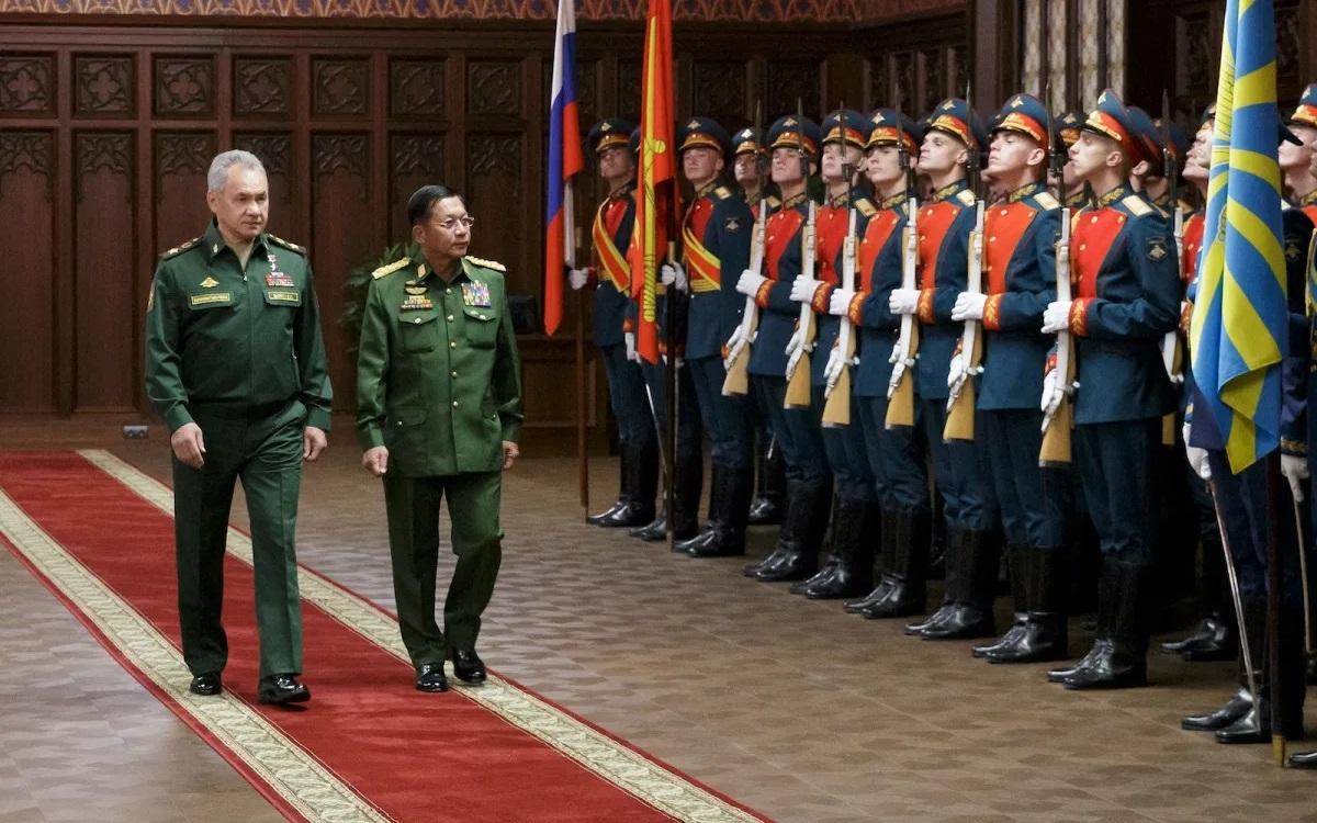 Bộ trưởng Quốc phòng Nga Sergei Shoigu (trái) và Tổng tư lệnh quân đội Myanmar Min Aung Hlaing duyệt đội danh dự trước cuộc hội đàm ở Moscow vào ngày 22/6/2021. Ảnh: AFP.