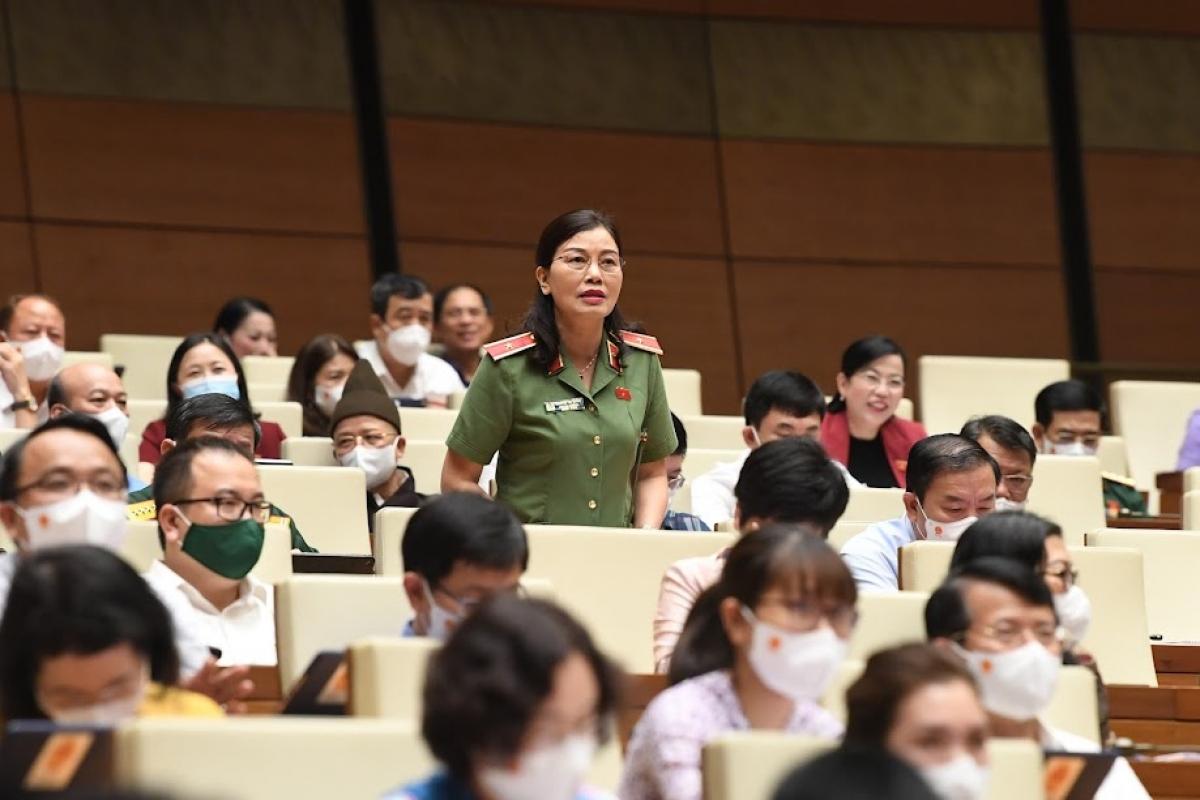 Đại biểu Quốc hội phát biểu trên Hội trường tại Kỳ họp thứ nhất, Quốc hội khóa XV