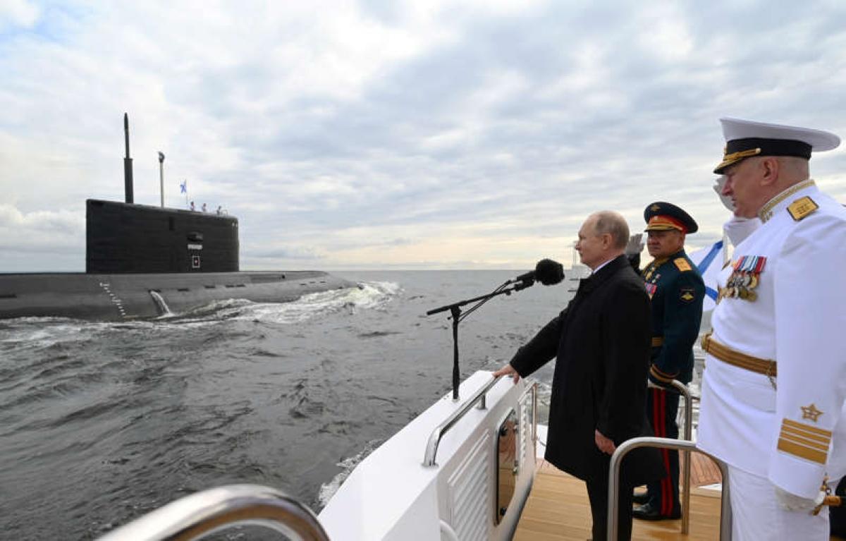 Tổng thống Putin phát biểu tại lễ duyệt binh kỷ niệm Ngày Hải quân. Ảnh: Reuters