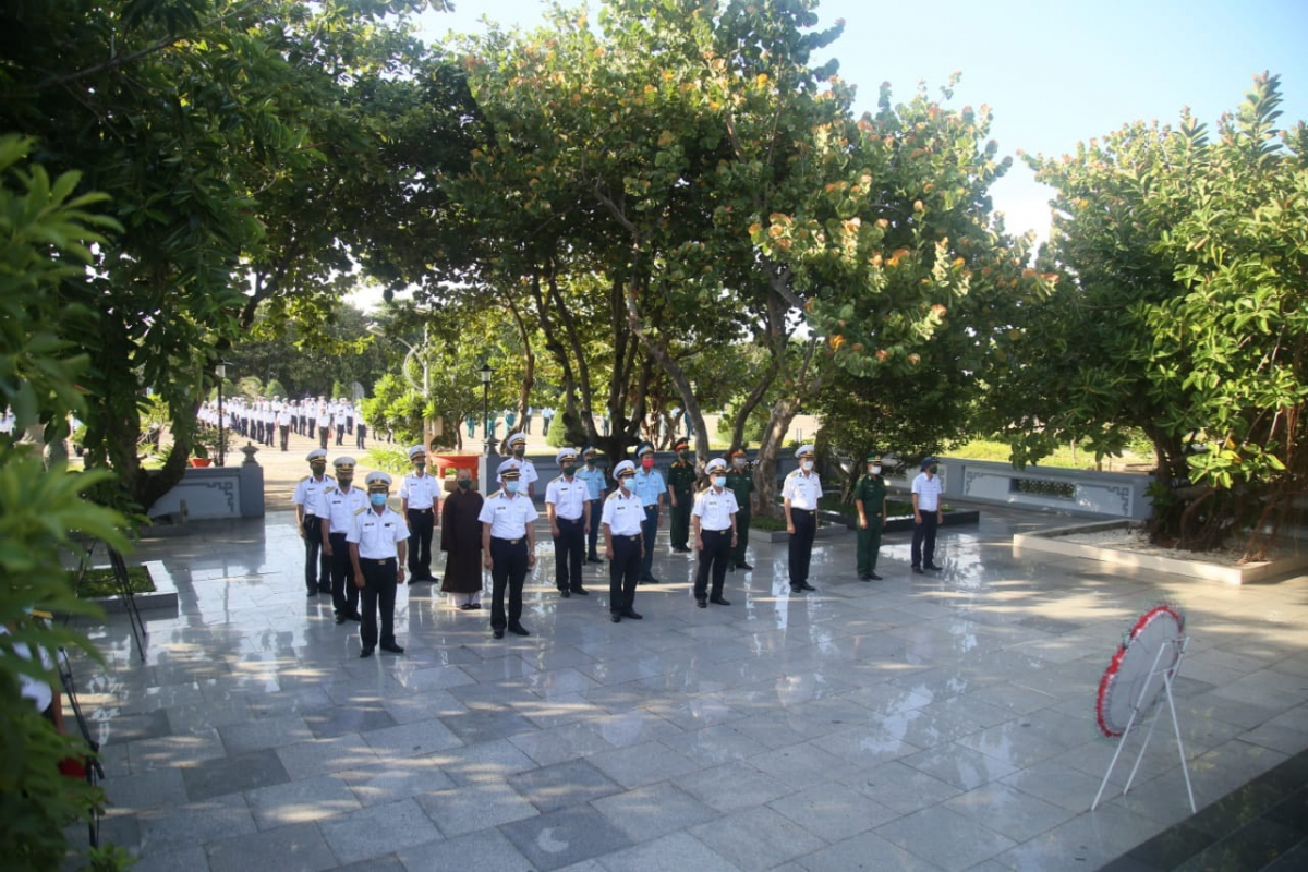Quân dân thị trấn Trường Sa tri ân các anh hùng liệt sĩ.